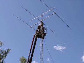 Photo: Nermontering av gamla antennen och masten. KYP i skall precis skära av maströret för och hissa ner antennen.