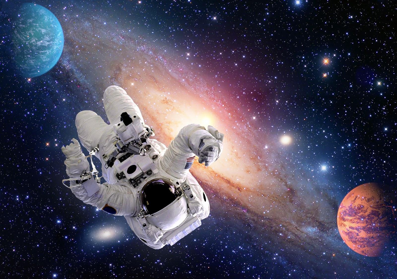 Astrounauta flutuando no espaço com uma galáxia e dois planetas ao fundo.