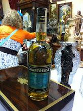 Photo: Parmi les antiquités, une Tarragone Verte à l'étiquette à la couleur inhabituelle, d'un aspect bleuté...