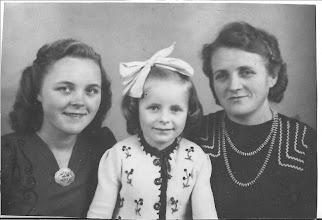 Photo: Tante Maartje, Marita en Hilde. Deze foto is in de oorlogsjaren genomen. Lievelings zus van mijn vader, kwam ook door hun leeftijd ze scheelde weinig met elkaar. Altijd hebben ze een heel goede band met elkaar gehad.