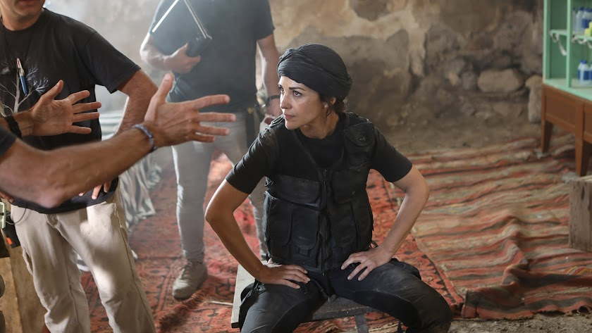 Paula Echevarría recibe instrucciones en el set.