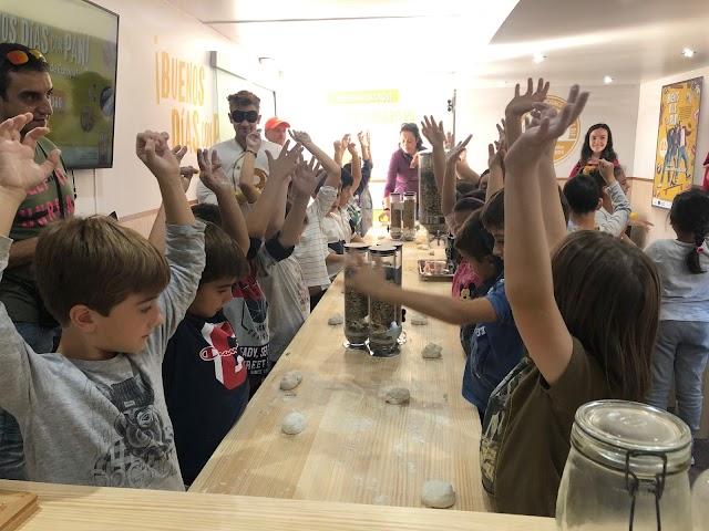 Los alumnos mientras realizaban la pieza de pan.