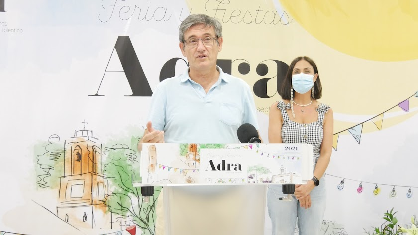 El alcalde de Adra, Manuel Cortés y la concejala de Fiestas y Tradiciones, Elisa Fernández, han presentado el programa de actividades.