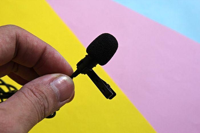 Mikrofon dipasang foam windscreen untuk mengurangkan geseran bunyi angin