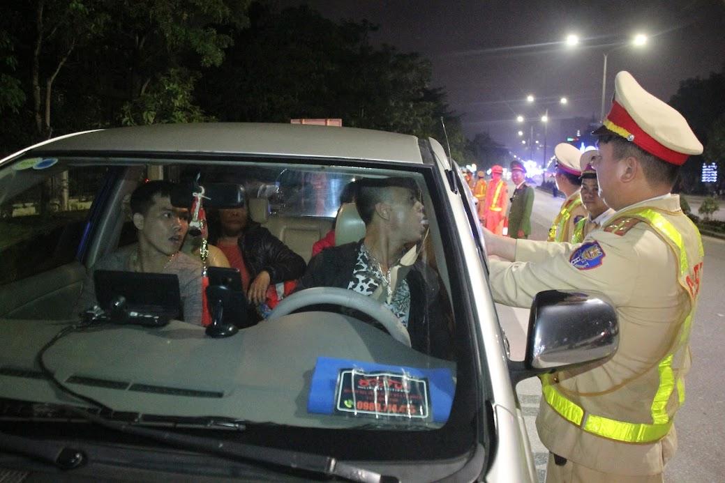 Công an TP Vinh kiểm tra nồng độ cồn đối với lái xe - Ảnh: Đình Hưng