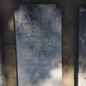 Stèle verticale salie par les ruissellement au fil des ans