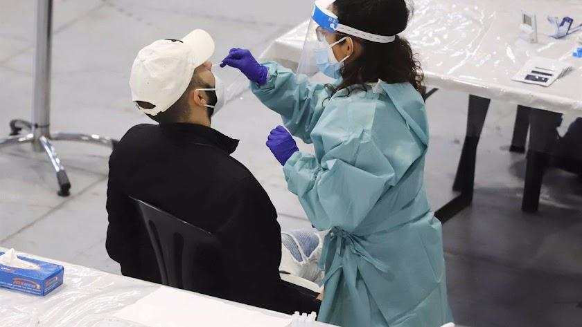 Personal sanitario realiza una prueba PCR a un ciudadanos.