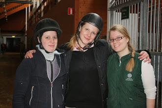Photo: Under tre fredagar i april samlades ett glatt gäng ryttare på Akademistallet i Kvarnbo för att rida lektioner på ridskolans hästar. Ridlärare var Lisa som gjorde ett fantastiskt jobb och lade upp lektionerna så att de passade alla, trots att nivån i gruppen var blandad. Det blev en mycket lyckad kurs med härliga hästar, nöjda ryttare och trevliga fikastunder. Fem ryttare red alla tre lektioner och den sista platsen i gruppen delades mellan tre personer som red en lektion var. Här kommer lite bilder från sista gången, den 15 april. Med i gruppen var också Kinna och Diego samt Anna-Karin och Milton (som tyvärr inte är med på någon bild).  Tove, Petra och Elin