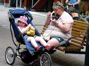 Photo: Mampf, mampf in der Fußgängerzone.