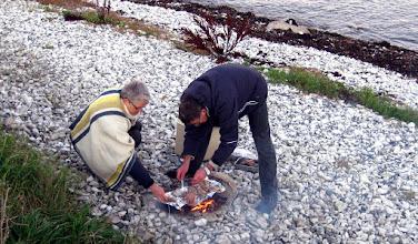 Photo: Jan, Gerda og jeg var de sidste tilbage på stranden. Vi holdt sammenskudsgilde. Her står de to og rister lammeribben af egen avl, der er forkogt og til dels røget. Det var en af deres pragtfulde bidrag til al spisningen undervejs. Her taler vi om et par mennesker der gør en dyd ud af at være selvforsynende. God gammel manér det er værd at holde i hævd.  Jeg bidrog med en madsalat med N'umami smag på baggrund af en af mine online opskrifter: http://www.idegryden.dk/opskrift/madsalat-med-nordisk-n-umami-smag Opskriften levede op til forventningen om at smage godt.
