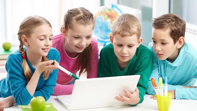Varios alumnos trabajando en un aula.