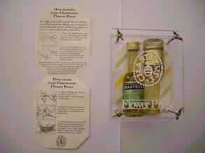 Photo: Pour vos herbiers !  Un presse-fleur promotionnel avec deux mignonnettes de chartreuse
