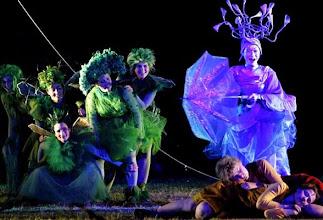 Photo: Die Sängerinnen Maki Nakanishi (r. stehend) als Taumännchen, Katia Bentz als Gretel (vorn r. liegend) und Gabriela Scherer (l. daneben) als Hänsel umgeben von Traumfiguren, aufgenommen am Dienstag (02.08.2005) in Rheinsberg in einer Proben-Szene der Märche
