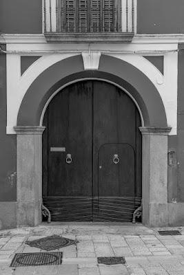 Un semplice vecchio portone di Morellato Marco