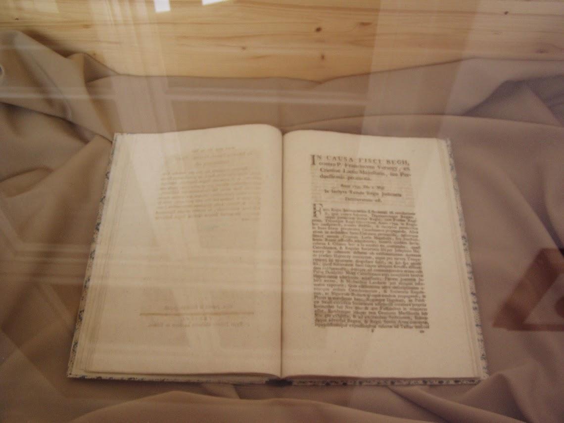 Könyv egy vitrinben
