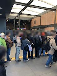 羽沢横浜国大駅構内は切符を求める列で行列