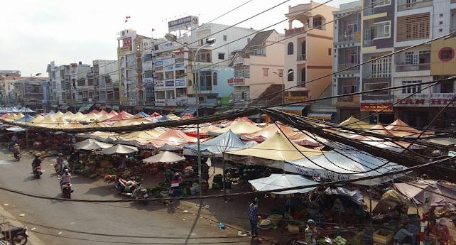 Chợ ở đường Đồng Khởi , gần sông .