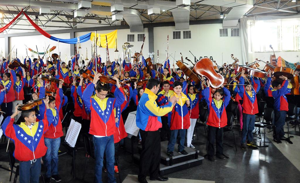 La Sinfónica Nacional Infantil de Venezuela recibió la ovación del público barquisimetano al final de su actuación. Tras una jornada llena de emociones los 202 integrantes de esta selección 40 Aniversario de El Sistema se unieron a sus pares del estado Lara para sincronizar voces e instrumentos en la interpretación Venezuela, de Herrero y Armenteros