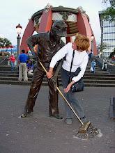 Photo: ein Denkmal dem Straßenfeger! und Ingrid packt mit an