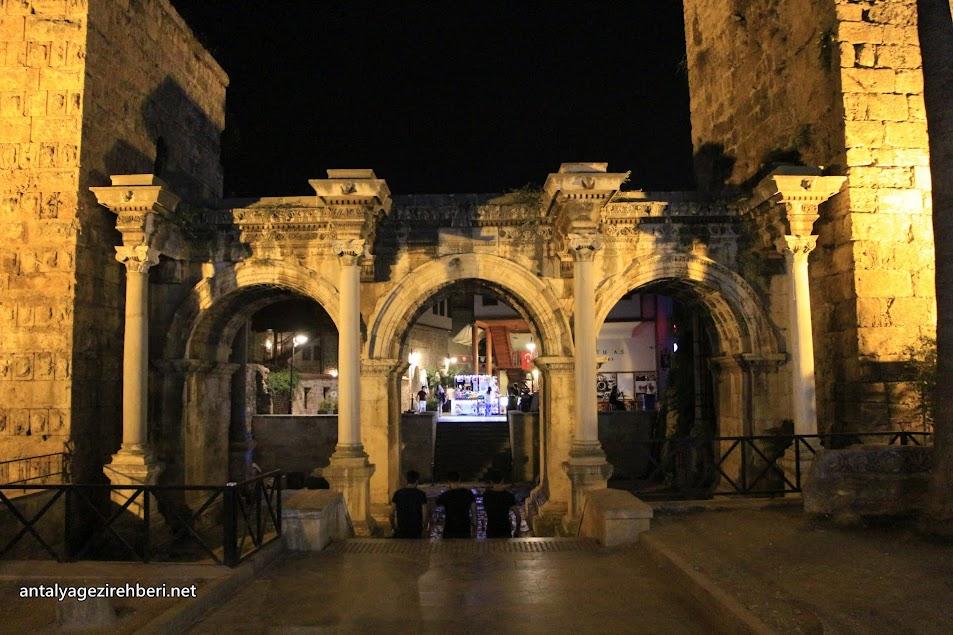 Hadrian Kapısı (Üç Kapılar)