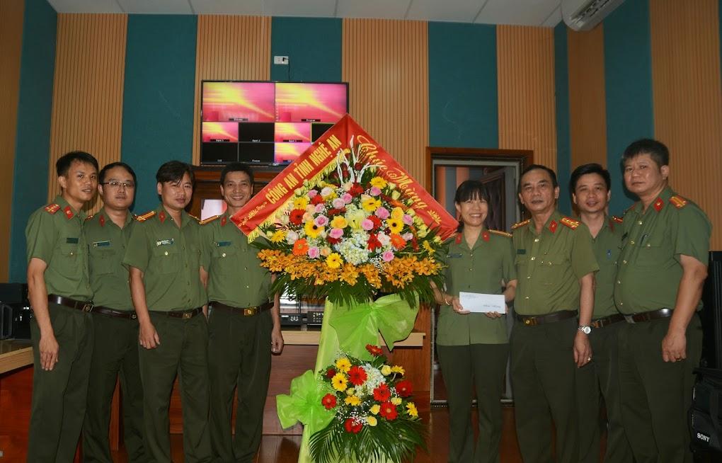 Đồng chí Đại tá Lê Xuân Hoài, Phó Giám đốc Công an tỉnh chúc mừng cán bộ, phóng viên Đội tuyên truyền, Phòng Công tác đảng, công tác chính trị