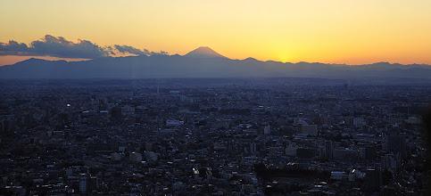 Photo: Coucher de soleil sur Tokyo. La chance est avec nous : du haut de l'immeuble de la mairie, on peut assister aux lumières s'allumant sur Tokyo qui plonge dans la nuit. Par beau temps comme ici, on peut contempler le fameux mont Fuji. C'est une belle et impr