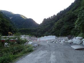 堰堤工事現場(左の橋を渡る)
