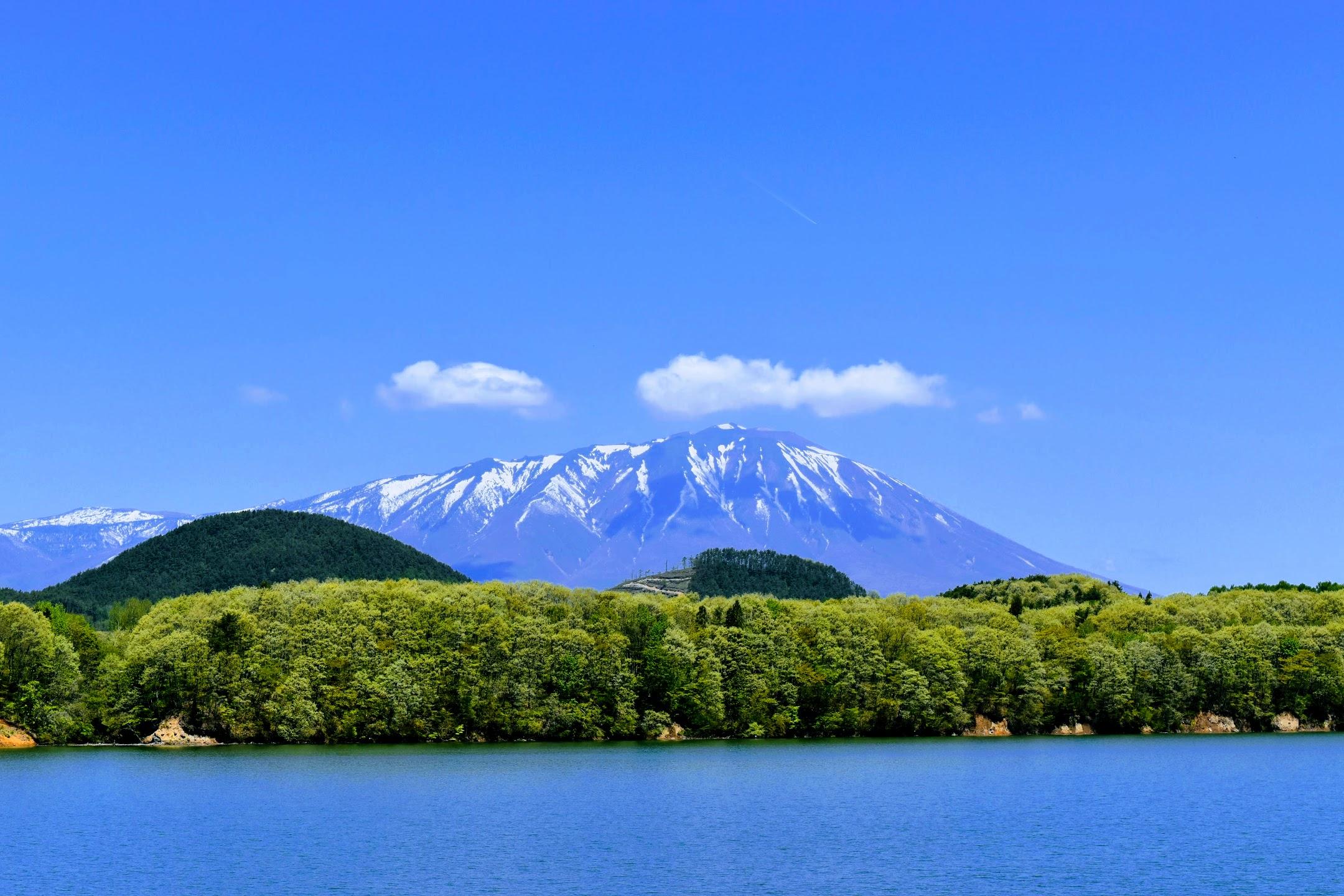 つなぎ温泉から見た岩手山と御所湖