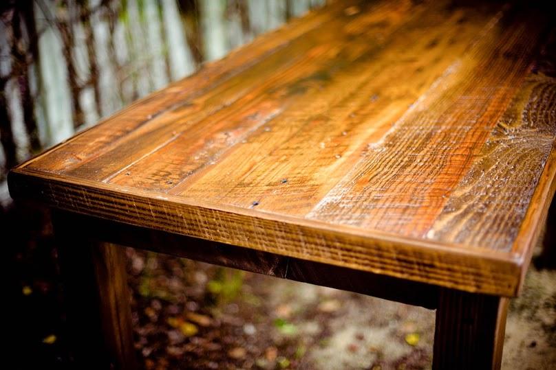 Zniszczony przez owady drewniany stół.
