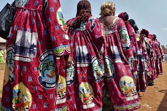 Photo: Gleichgewandete Frauengruppe, die offenbar nicht den weiten Weg von der Hauptstadt Yaounde gescheut hat. (Siehe Emblem)