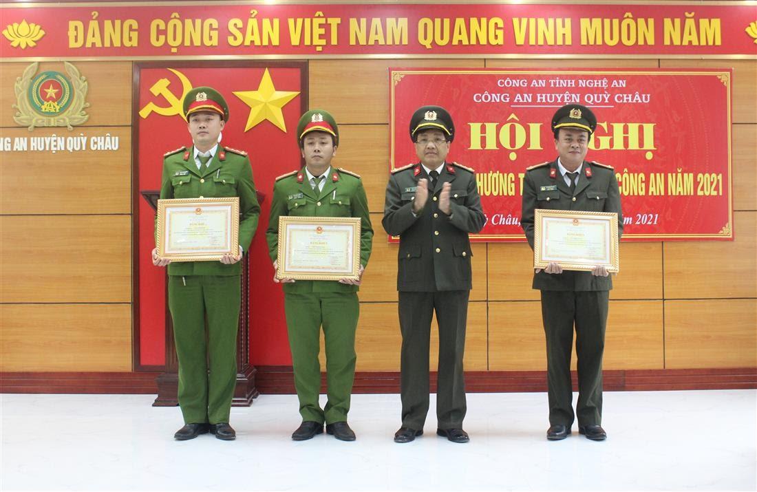 Đồng chí Đại tá Hồ Văn Tứ – Phó Giám đốc Công an tỉnh trao tặng Bằng khen của Bộ Công an cho các cá nhân đạt thành tích xuất sắc.