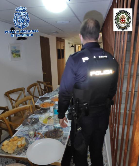 Los agentes de la Policía, en el interior del local.