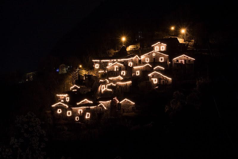 Borgo illuminato di Scilironi di Nikos