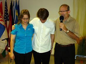 Photo: Tamás a Continental 2011-es csapatának résztvevőiért imádkozik, mielőtt 4 hetes misszionáriusi kiküldetésük elkezdődik. Mirjam a csapat vezetőségének tagja, Barnabás pedig a csapat és a turné vezetője lesz.