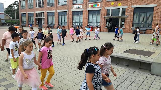 Het 2de leerjaar danst 't Smidje op muziek van Laïs