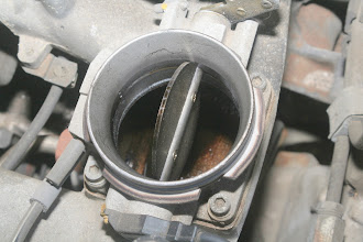 Photo: 1990 Benz 300E2.6 throttle body