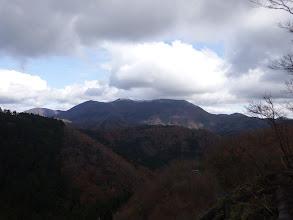 林道上の展望地から霊仙山を望む