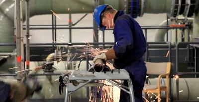 Homem trabalhando em um tubo