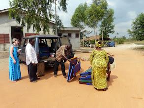 Photo: puis nous arrêter à l'orphelinat de Comé déposer les fameux lits