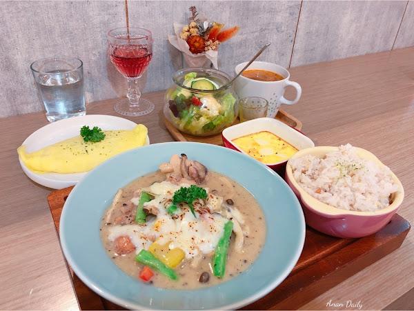 超質感早午餐/文青的最愛/好吃的黑松露起司燉雞 /樓上。餐桌