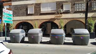 Hilera de contenedores en superficie que se han colocado en Artés de Arcos