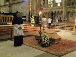 Photo: De overleden Bisschop van Regenburg staat in de Dom