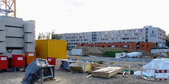 Baustelle und Gebäude.