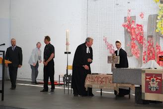 Photo: Auf der alten Altardecke der Corvinuskirche werden die liturgischen Gegenstände neben dem Altar der Bodelschwinghkirche plaziert
