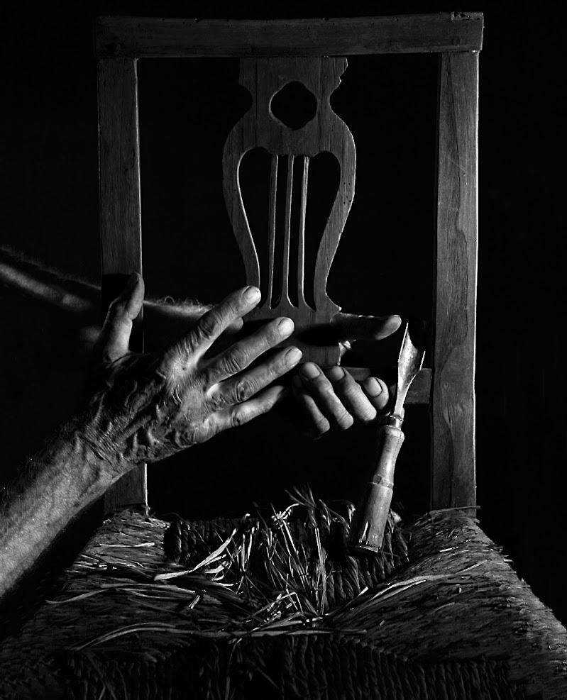 L'impagliatore di sedie (particolare)  di roberto-copeta