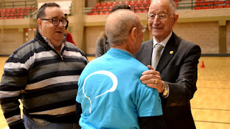Rubí y Amat con un participante.