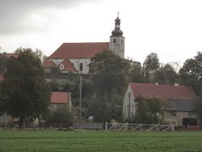 Photo: Kościół NMP w Słupie jest wzmiankowany po raz pierwszy już w 1202 r. Był on wówczas, obok kościoła klasztornego w Lubiążu, jednym z najstarszych kościołów będących we władaniu tego opactwa. Obecny kościół, o charakterystycznym dla cystersów wezwaniu Maryjnym, Wniebowzięcia NMP  wzniesiony został w poł. XV w. Jest to budowla murowana z kamienia łamanego, jednonawowa, założona na planie prostokąta z kwadratową wieżą od zachodu. Kościół miał charakter obronny, co zatarła jego barokowa przebudowa w czasach opata Baucha (1 połowa. XVIII w.) Do dziś jednak, o obronnym charakterze tego miejsca świadczy kamienny mur z XVII w. z zachowanymi w nim otworami strzelniczymi. http://www.parafiaslup.pl/o-parafii.html