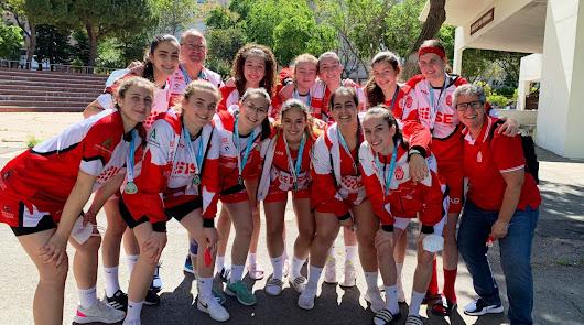 Las jugadoras almerienses felices con sus nuevas medallas.