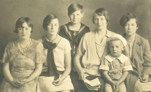 Lee in sailor suit with his mother and siblings, 1926