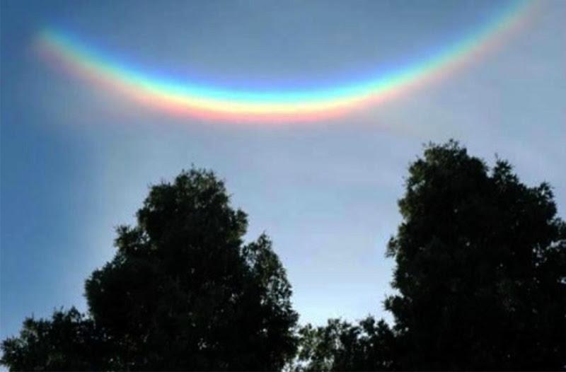 Photo: Перевернутая радуга появляется на небе в результате преломления солнечных лучей сквозь кристаллики льда, находящиеся только в определенных слоях облаков.